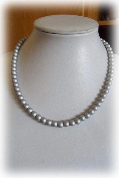 Collana corta perle grigio chiaro