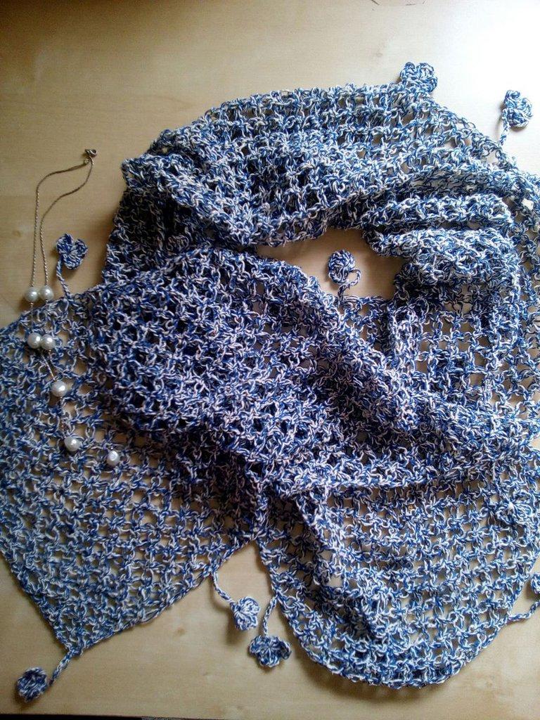 sciarpa fatta a mano in seta e cotone con decorazione di trifogli