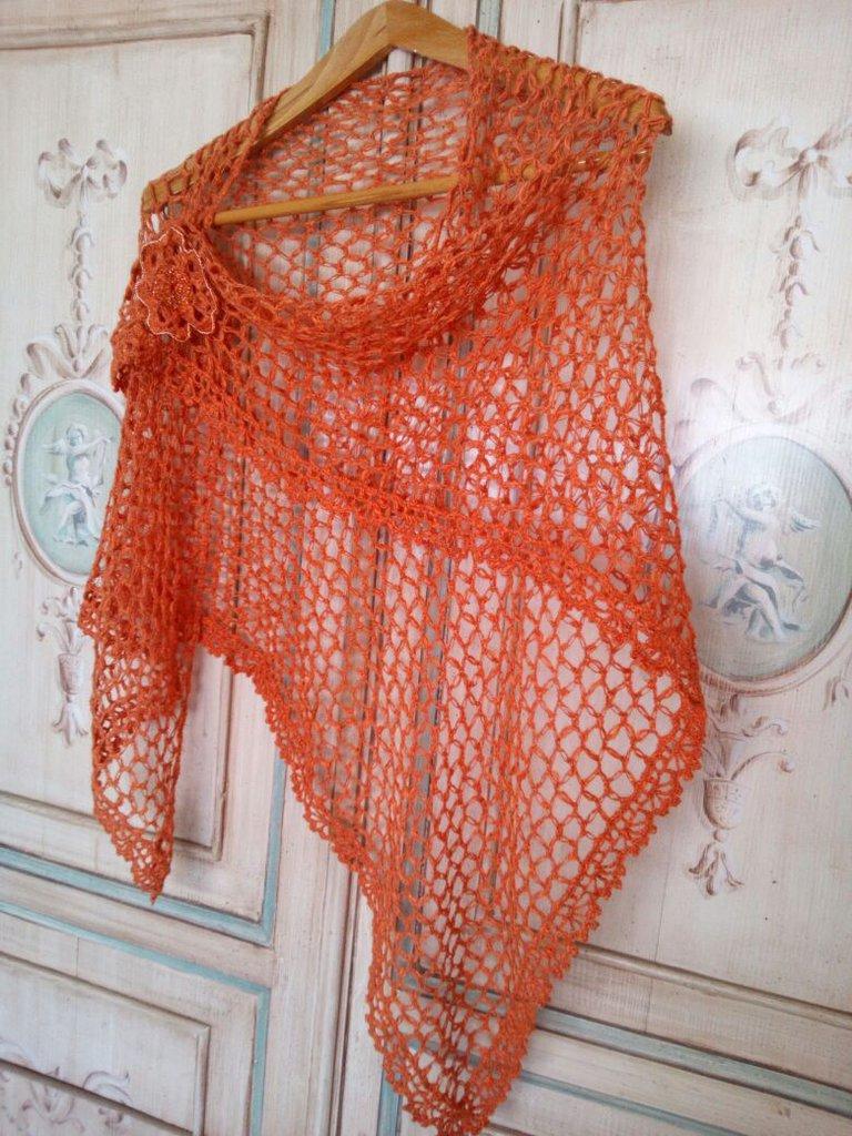 scialle a uncinetto lino e cotone con spilla fiore ricamata con rocailles - stola estate - coprispalle arancione spilla gioiello fatto a mano