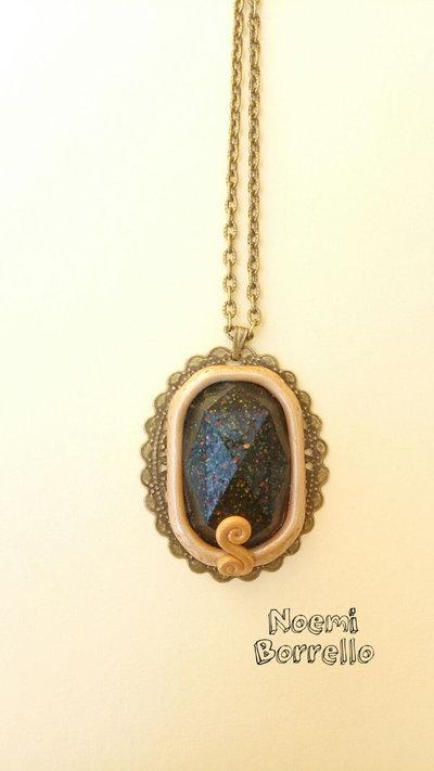 Collana fatta a mano con ciondolo in resina e filigrana bronzo