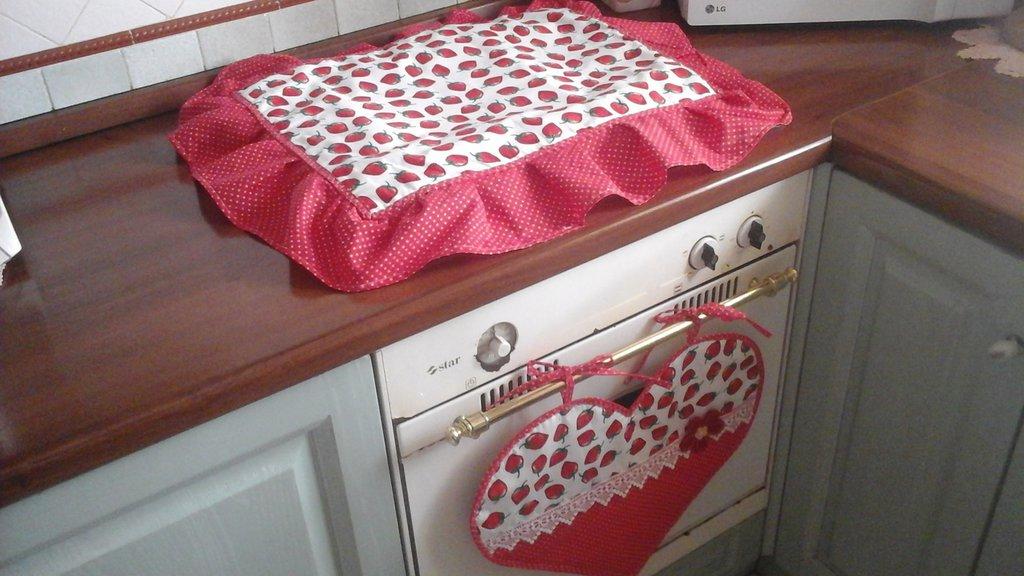 set copriforno e coprifuochi in rosso e bianco