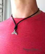 Collana uomo nautica con coda di balena in metallo color argento su cordino in cuoio