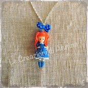 Collana con bambolina color cobalto ispirata alle Gorjuss
