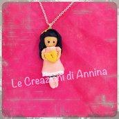 Collana con bambolina rosa ispirata alle Gorjuss
