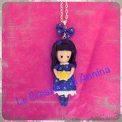 Collana on bambolina blu ispirata alle Gorjuss