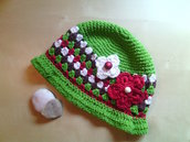 cappello di cotone per bambina all'uncinetto con fiori e bottoni tipo cloche