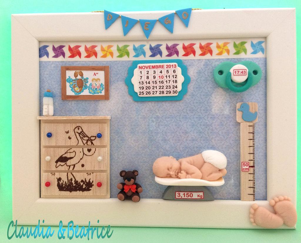 Quadretto nascita bimbo fatto a mano con elementi in fimo, balsa e cartoncino. Idea regalo personalizzabile.