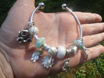 Bracciale rigido con charms e perle in vetro