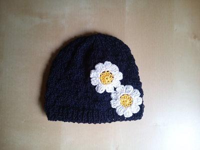 cappellino in cotone fatto a mano per bambina con margherite crochet