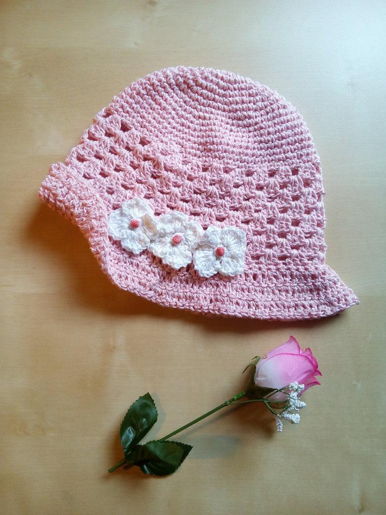 cappello in cotone all'uncinetto per bambina cloche con fiori e perline rosa