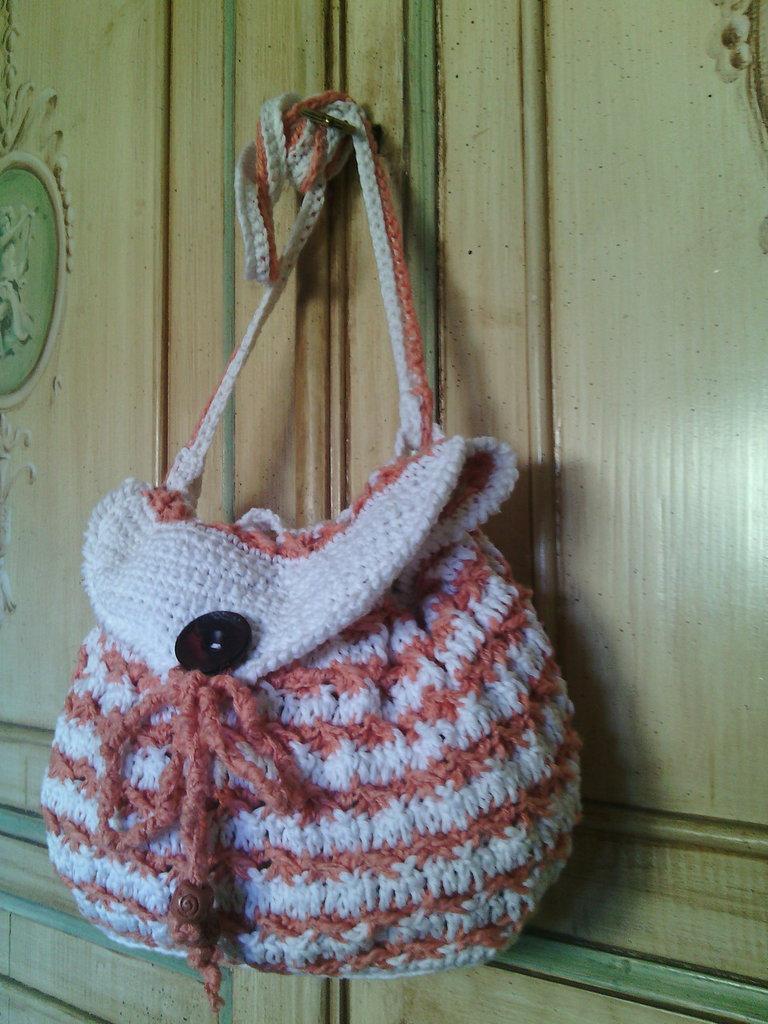 borsa a uncinetto tracolla fatta a mano in lino  e cotone bisaccia colore bianco rosa salmone stile casual