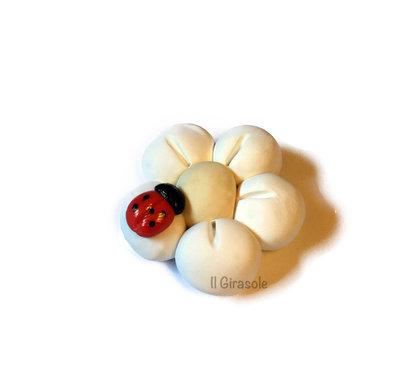 Calamita fiore bianco e coccinella in pasta polimerica fimo