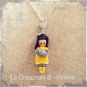 Collana con bambolina gialla con gattino ispirata alle Gorjuss realizzata in pasta di mais