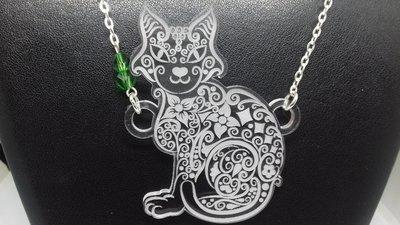 Collana gatto stile maori in plexiglass trasparente e perle