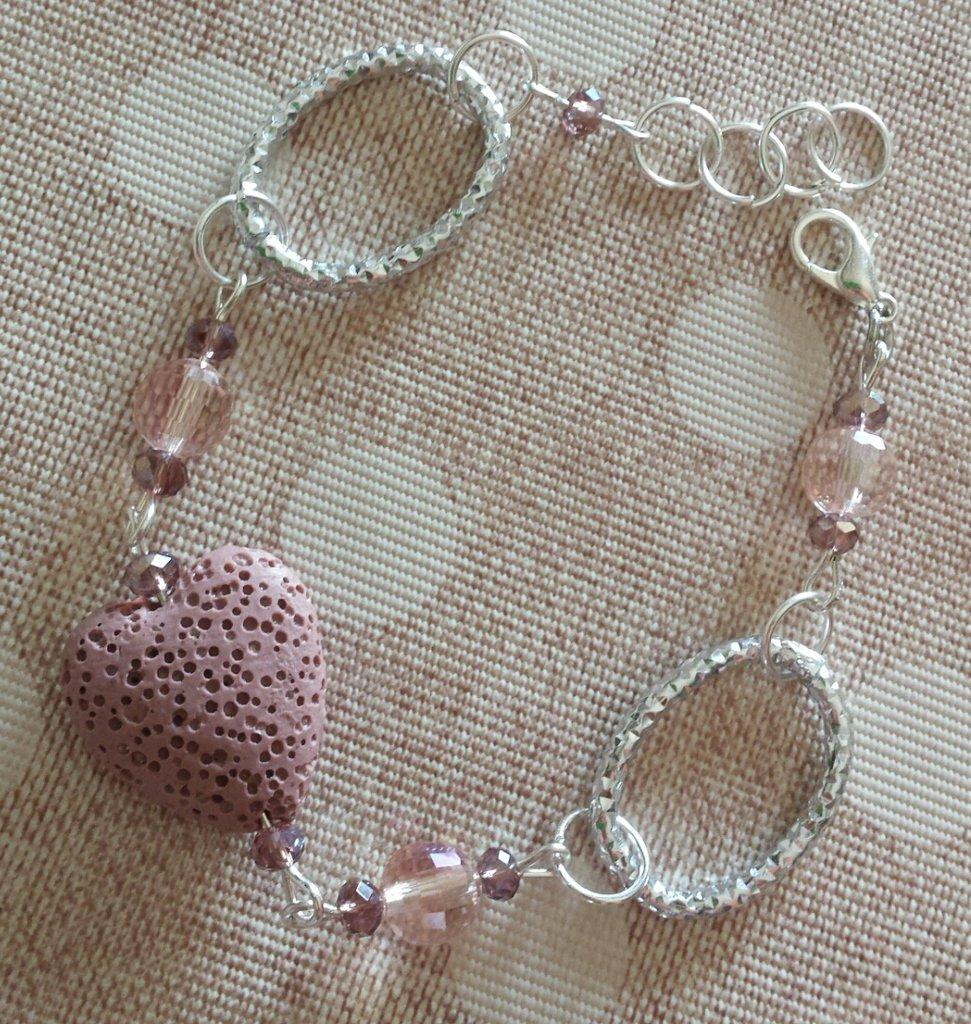 Bracciale con cuore rosa in pietra lavica e cristalli