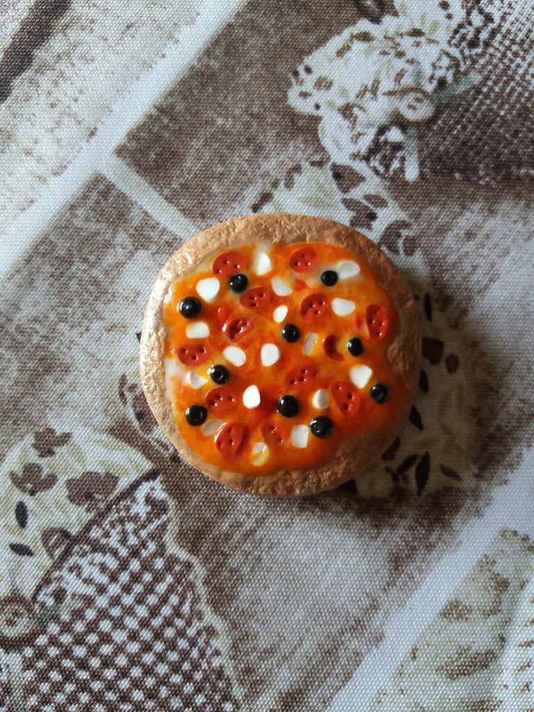 Calamita pizza salame ed olive nere in fimo