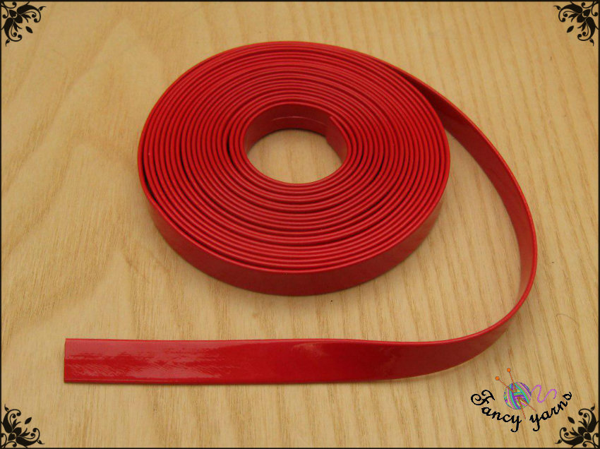 Nastro similpelle vernice, colore rosso lucido, cm. 100 x 10 mm.