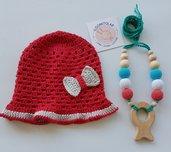 Cappellino di cotone con fiocchetto