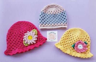 Cappellino di cotone con fiore