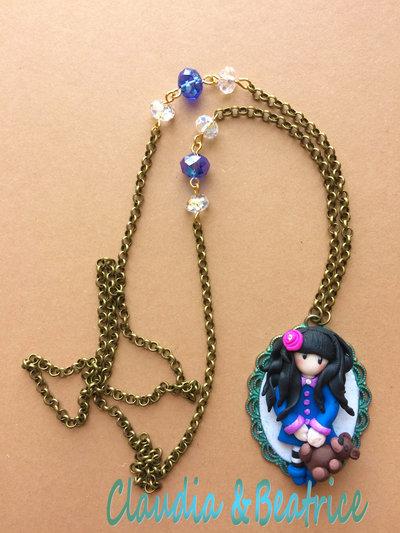 Collana con cammeo decorato con bambolina stile Gorjuss fatta a mano in fimo.