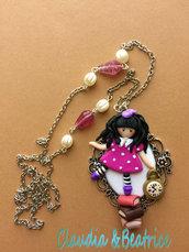 Collana con cammeo grande decorato con bambolina stile Gorjuss fatta a mano in fimo.