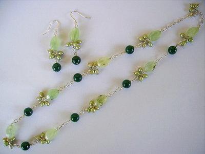 - collana ed orecchini nelle varie sfumature del verde