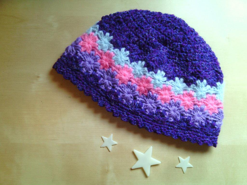 berretto all'uncinetto per bambina in lana righe e stelline