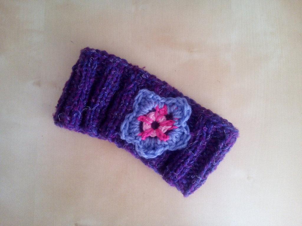 fascia in lana paraorecchie per bambina fatta a mano con fiore crochet