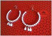 Orecchini cerchio perle bicono bianche