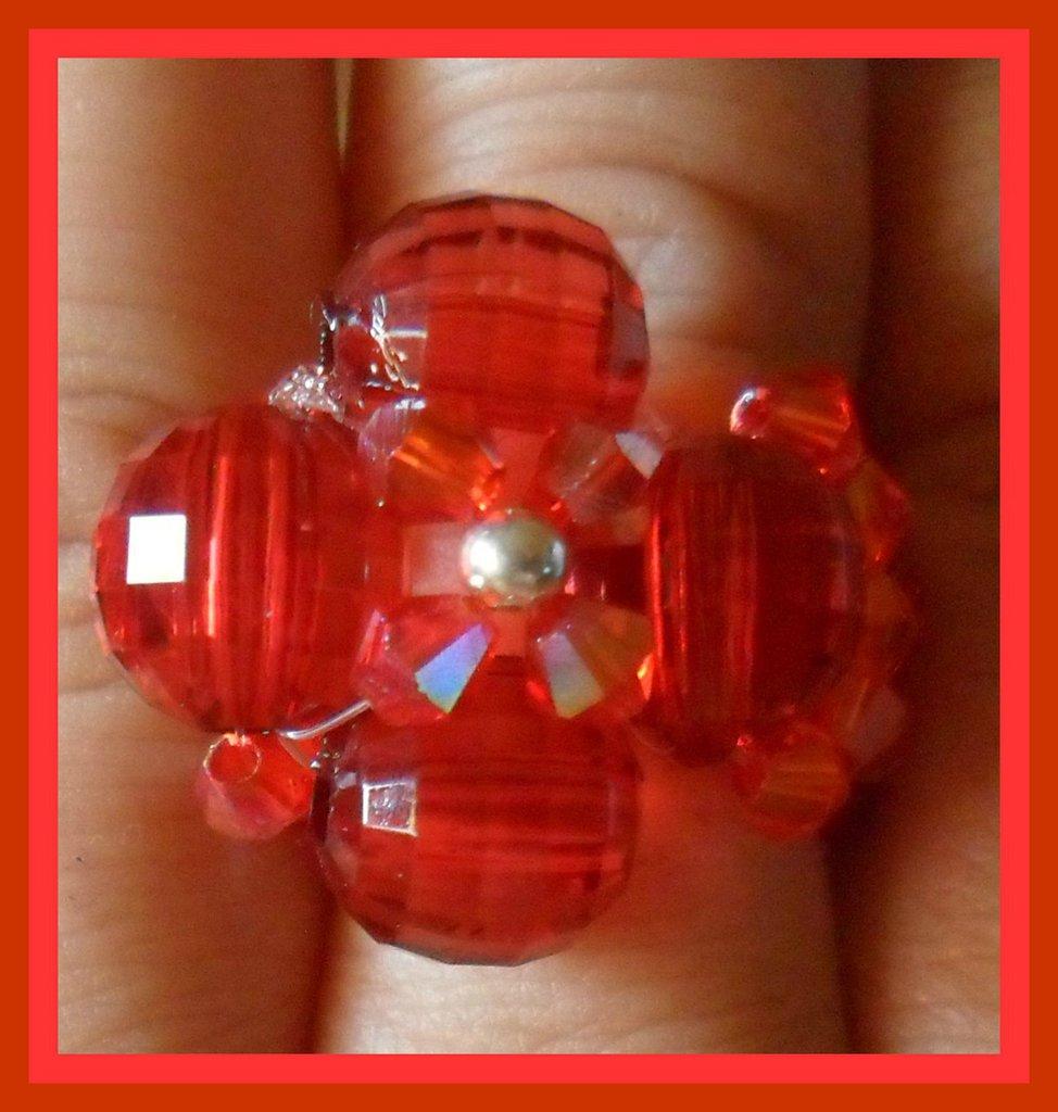 Anello fiore e biconi rossi
