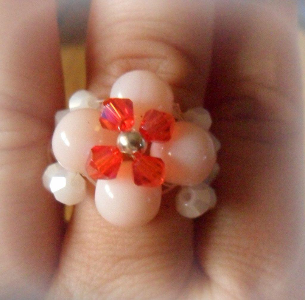Anello fiore con biconi bianchi,rosa e rossi