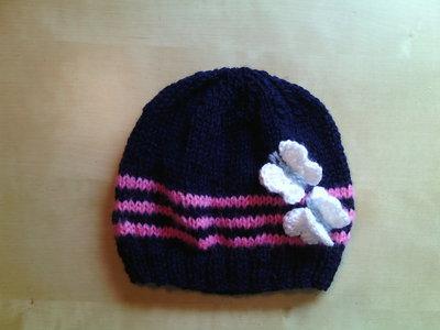 berretta in lana bambina all'uncinetto con farfalle blu e rosa