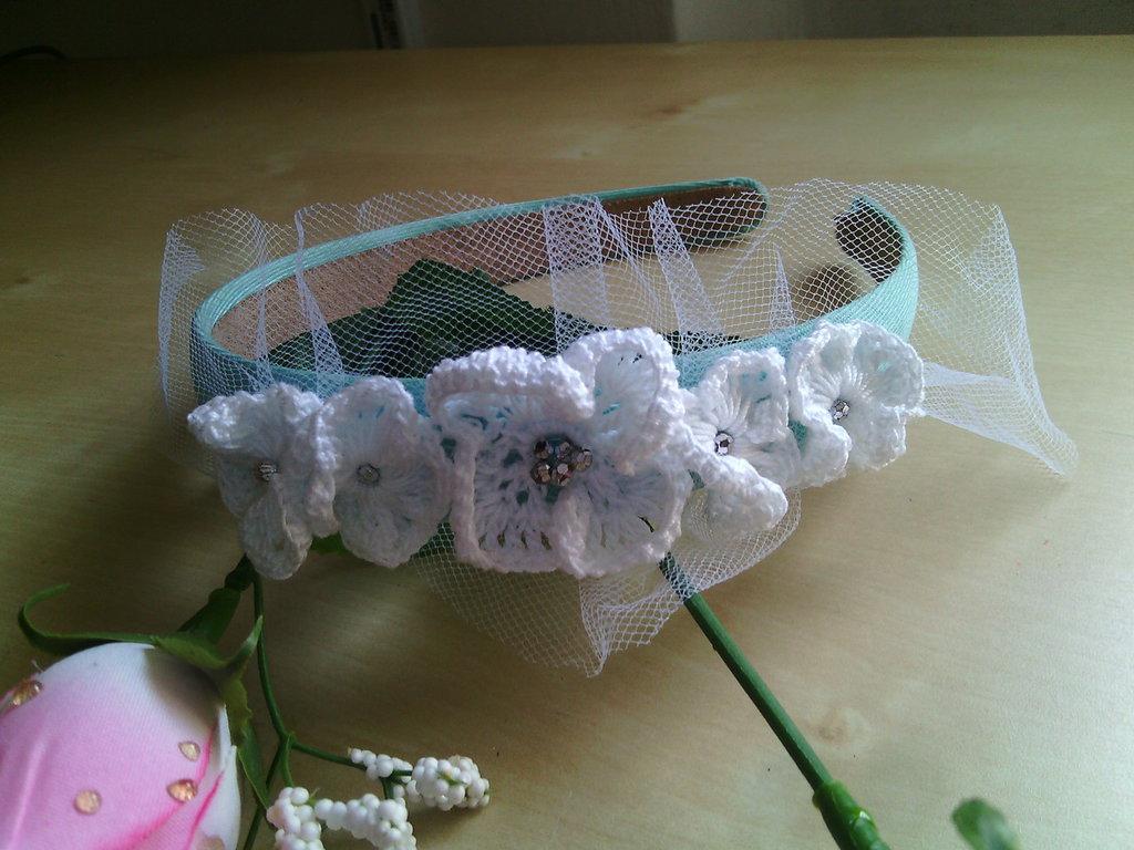 cerchietto per capelli bambina con fiori ad uncinetto perline argento e tulle bianco elegante per cerimonia