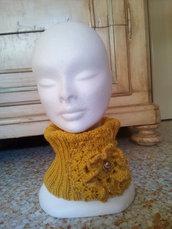scaldacollo lana fatto a mano donna con grande fiore a rilievo colore giallo senape oro e bottone gioiello vintage - collo in lana elegante sciarpa ad anello