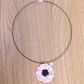 Collana girocollo con anemone rosa fatto a mano all'uncinetto