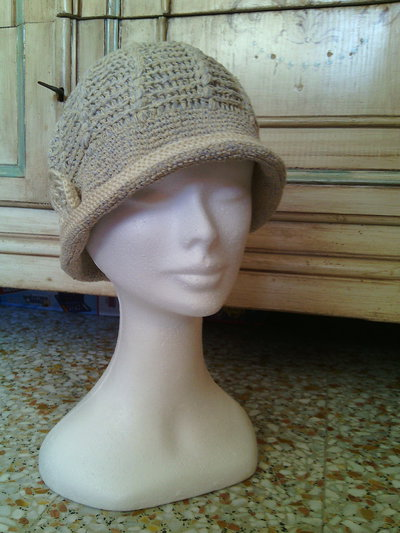 cappello estate cloche a uncinetto donna beige in lino/cotone con fiore crochet stile romantico chabby chic