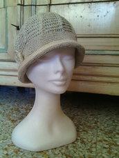cappello estate cloche a uncinetto donna beige in lino/cotone con fiore crochet stile romantico chabby chic