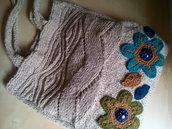 Borsa in maglia lana ai ferri e uncinetto con fiori e treccia avorio verde e blu - boho chic