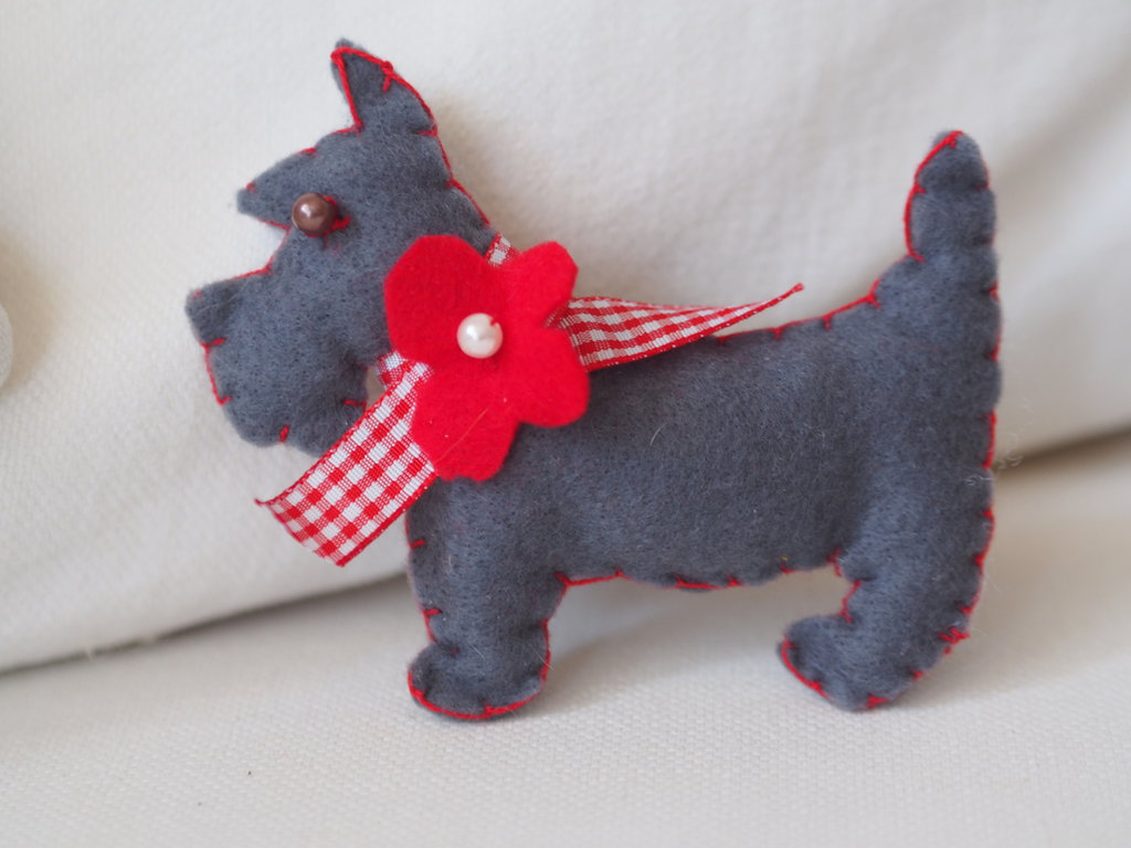 Creazione in feltro.CANE.SCOTTISH DOG con collare,fiore,perla nastro..Spilla,bomboniera,gioco per bimbi.Segnaposto.Ornamento.Decorazione natalizia