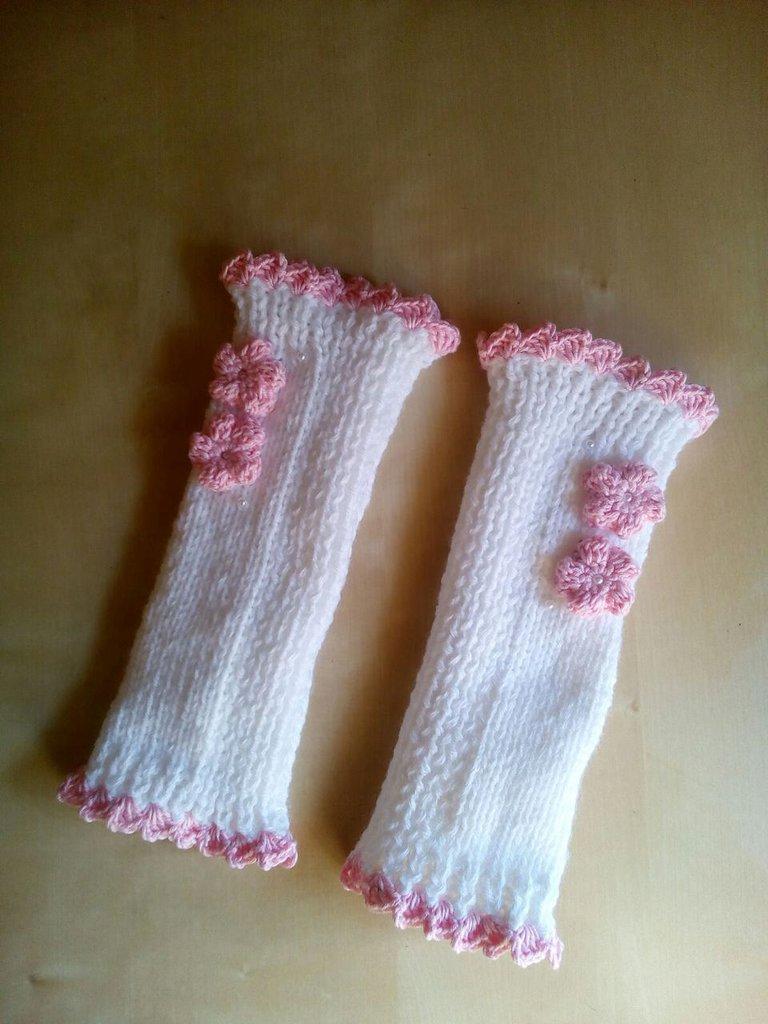 scaldamuscoli bambina fatti a mano in lana decorati con fiori e perline bianco e rosa calze femmina