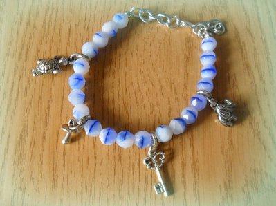 Bracciale bianco e blu con ciondoli