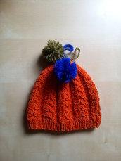 berretto bambino lana ai ferri fatto a mano con trecce arancione e con pompon blu e verde - cuffia - cappello