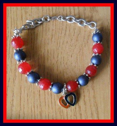 Bracciale rosso e blu metallizzato con ciondolo