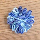 Spilla con margherita azzurra fatta a mano