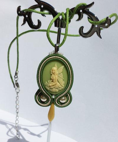 Collana con pendente fata verde e avorio, perle cerate crema, soutache