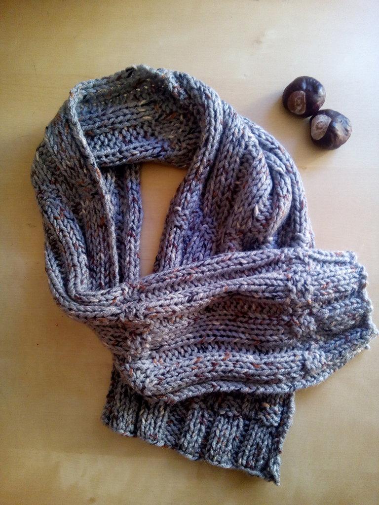 sciarpa lana uomo fatta a mano con filato effetto twed fondo grigio punti marrone nero panna stile sportivo