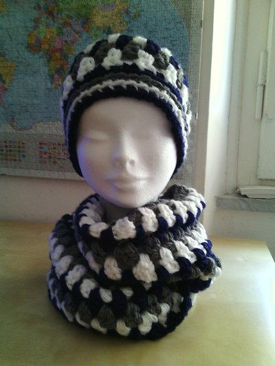 completo in lana berretto e sciarpa ad anello per ragazza  a uncinetto  colori blu grigio e bianco