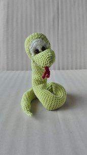 Piccolo serpente amigurumi fermatenda decorativo
