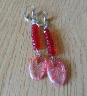 Ragazzina,orecchini rossi con pendente
