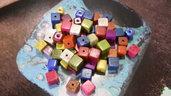 20 perle cubiche forate multicolori in resina